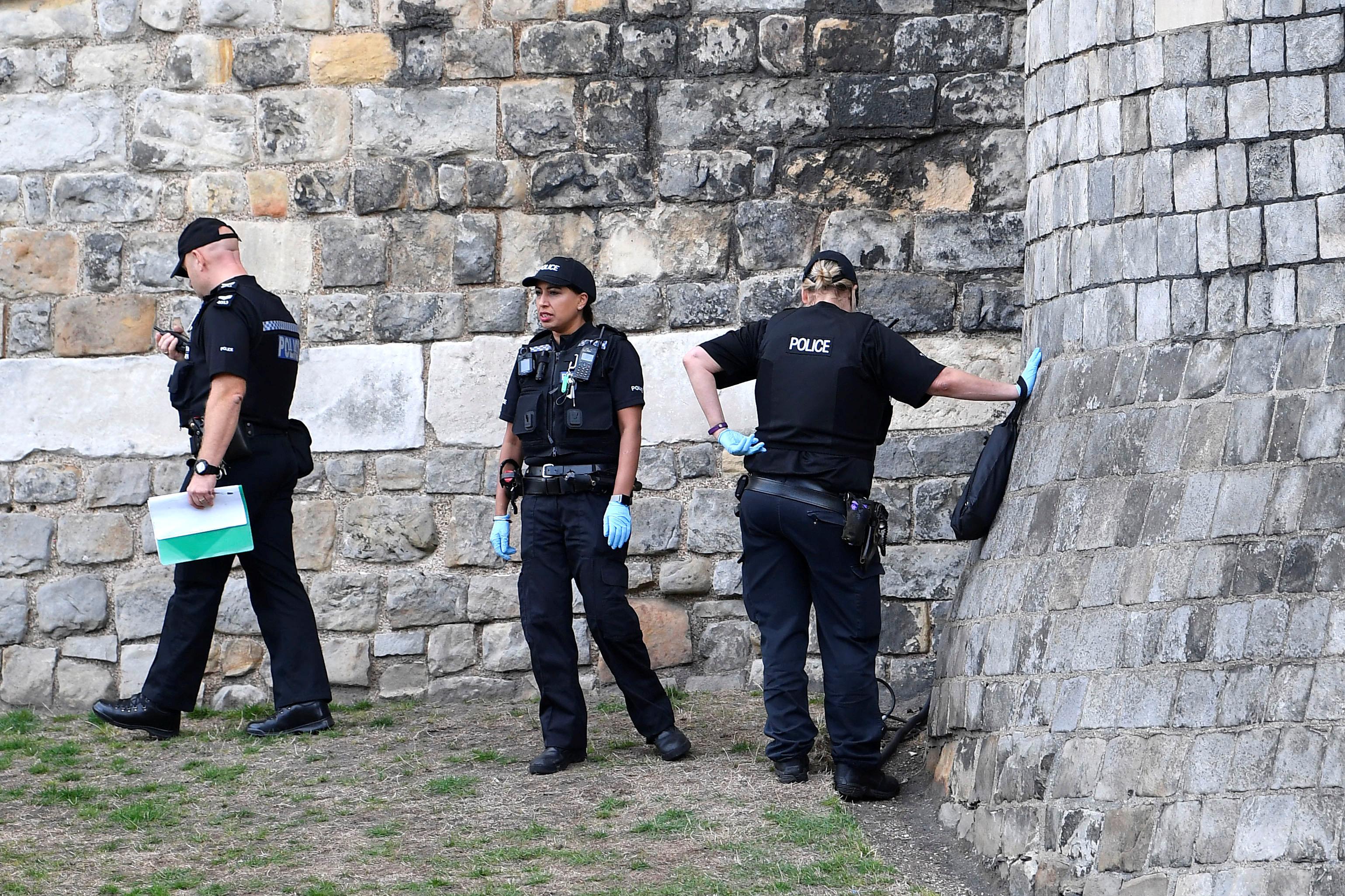 قوات الأمن البريطانى تؤمن المنطقة المحيطة