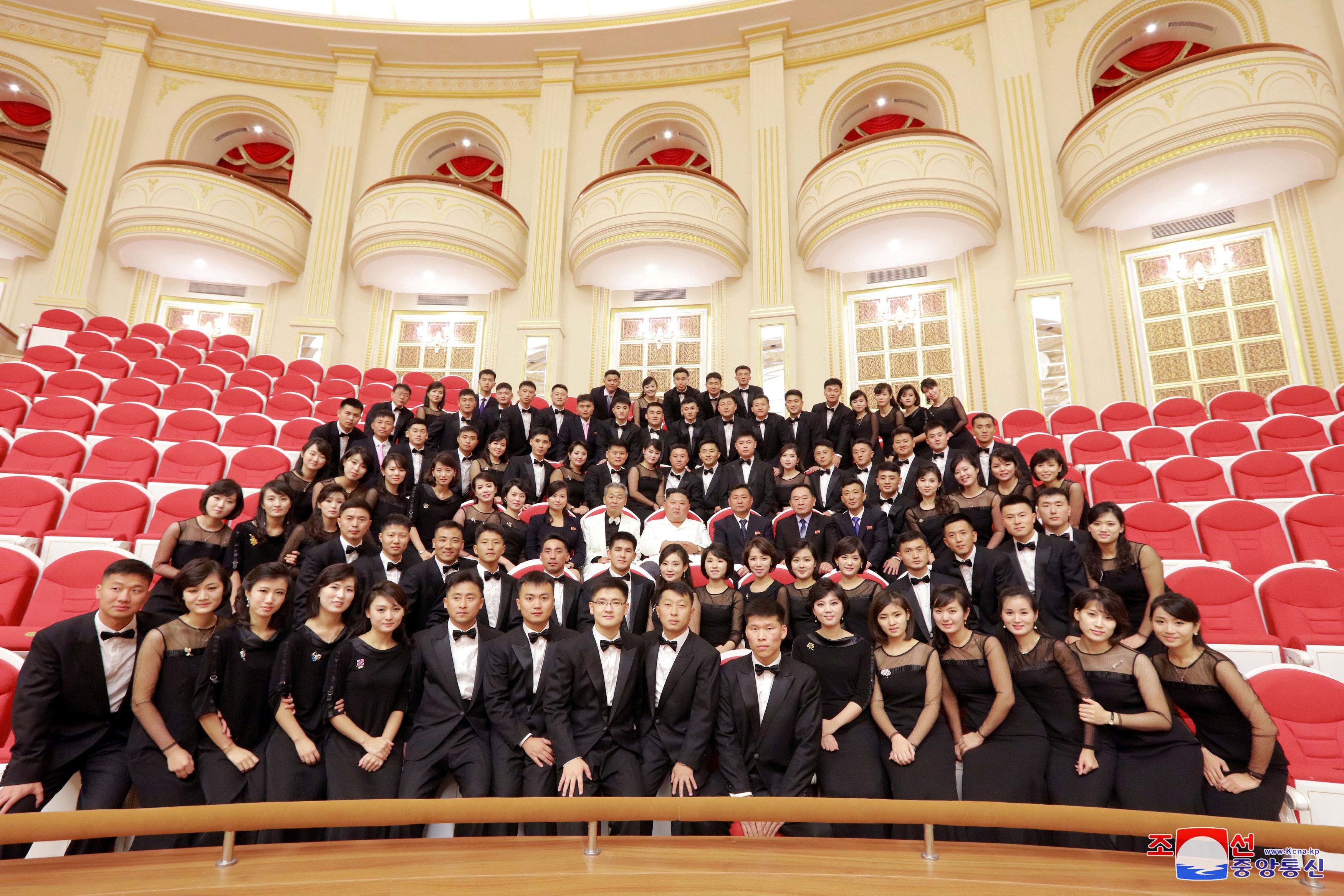 زعيم كوريا الشمالية يتوسط أحد الفرق التى قدمت عرضا بالمسرح القومى ببيونج يانج