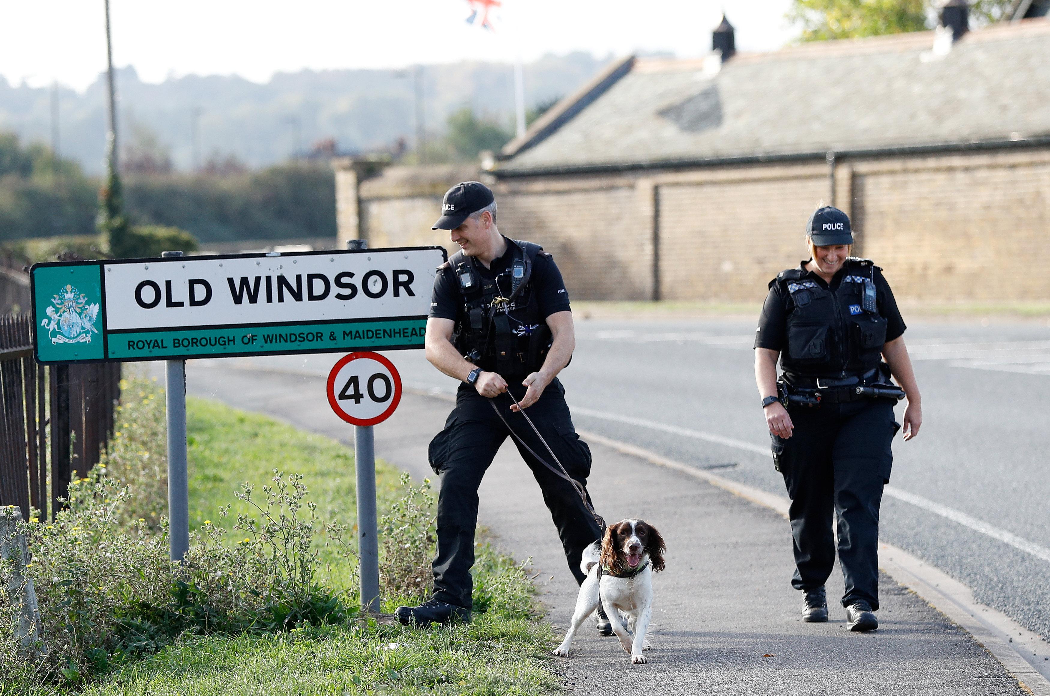 أفراد الشرطة البريطانية يتخذون إجراءات لتأمين المنطقة