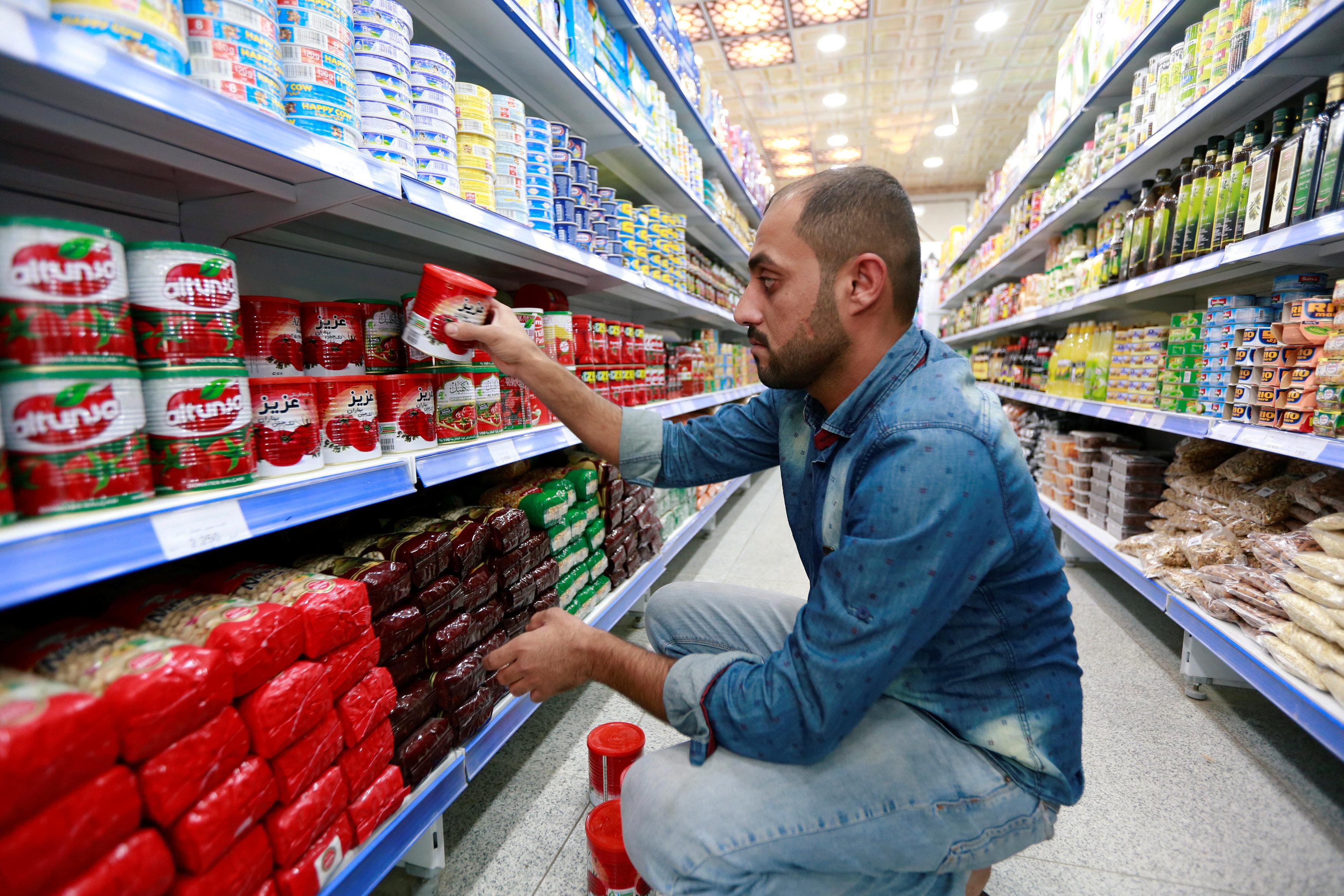 الصلصة الإيرانية تتواجد بوفرة فى أحد محلات النجف بالعراق