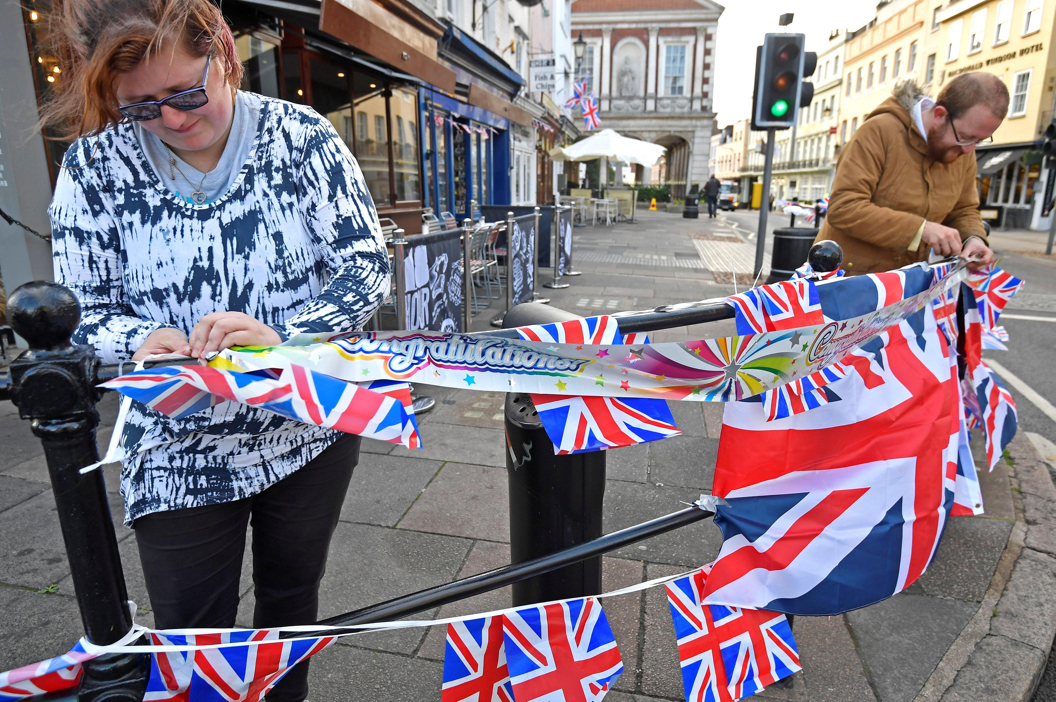 تزيين الشوارع فى وندسور استعدادا للزفاف الملكى