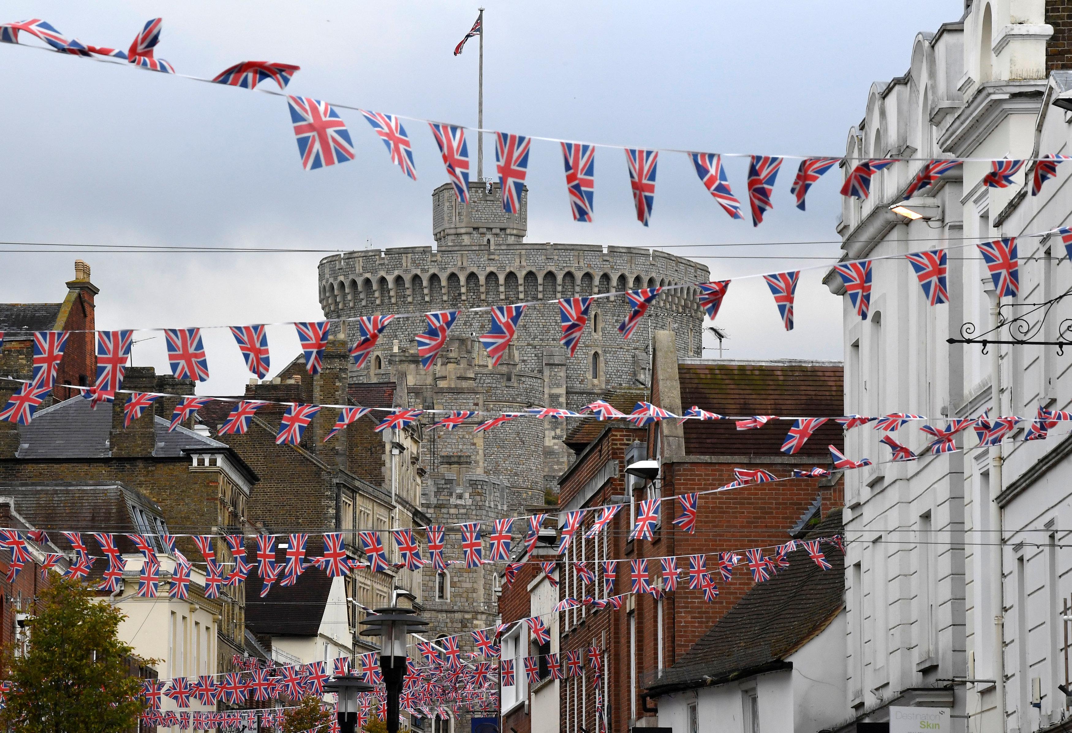 الشوارع تتزين استعدادا لاحتفال الأميرة أوجنى