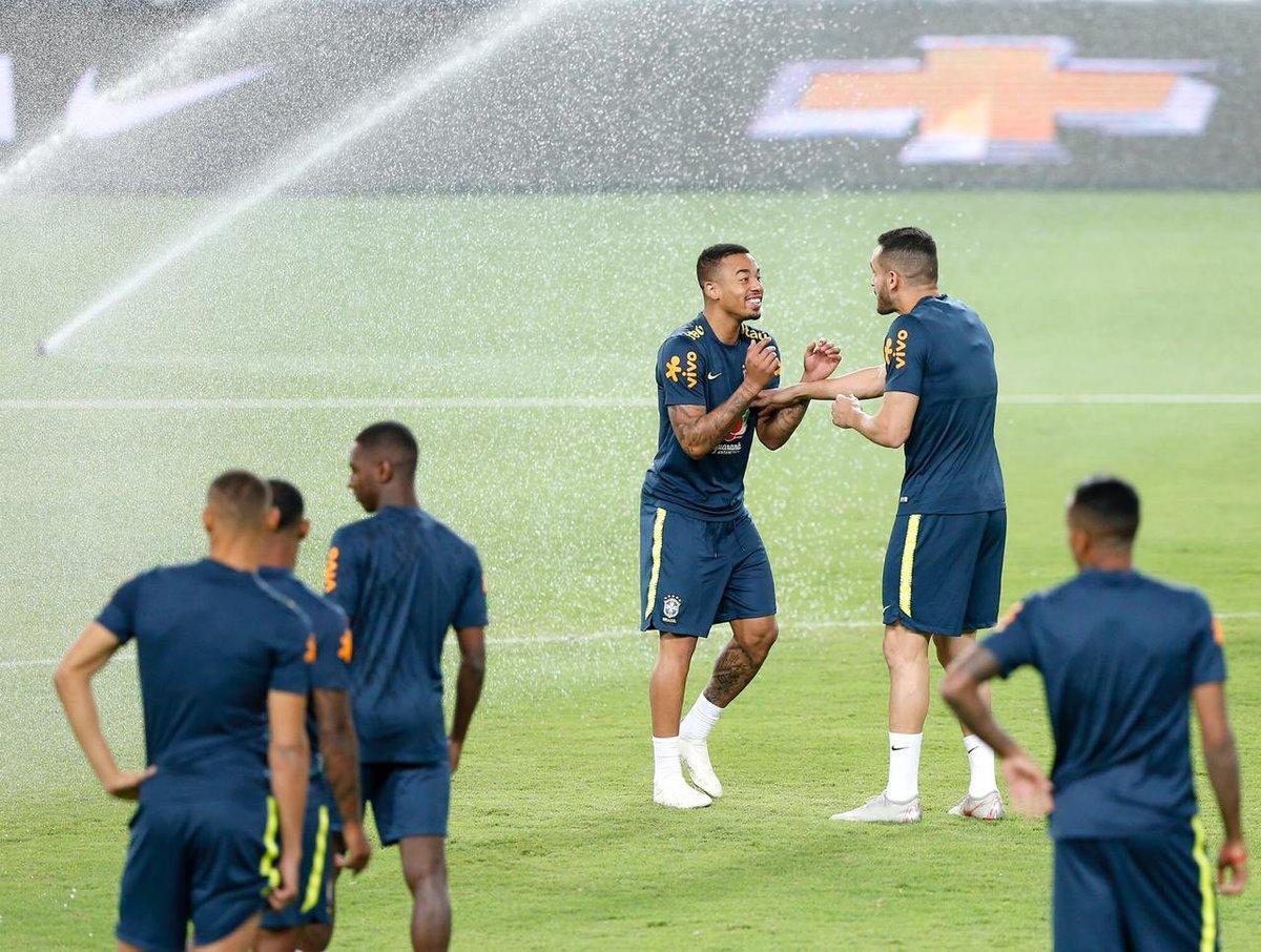 أجواء من المرح فى تدريبات البرازيل