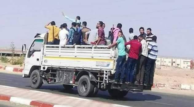 طلاب جامعة أسوان يستقلون سيارات نصف النقل (2)