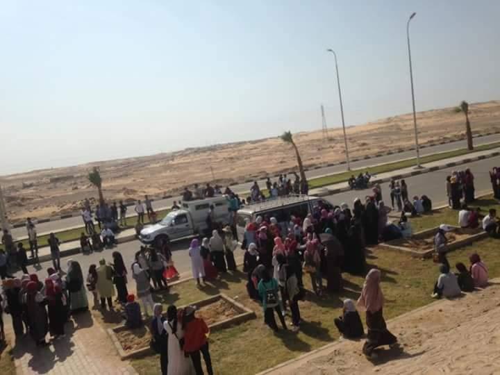 طلاب جامعة أسوان يستقلون سيارات نصف النقل (1)