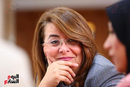 صور الوزيره تنصب فتاه وزيره للتضامن (14)