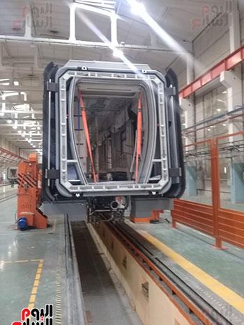 صور اليوم السابع فى جولة داخل مصنع عربات المترو الروسى (6)