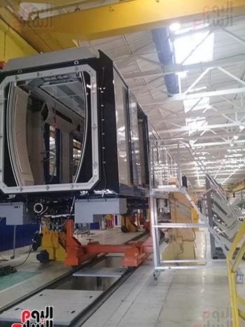 صور اليوم السابع فى جولة داخل مصنع عربات المترو الروسى (25)