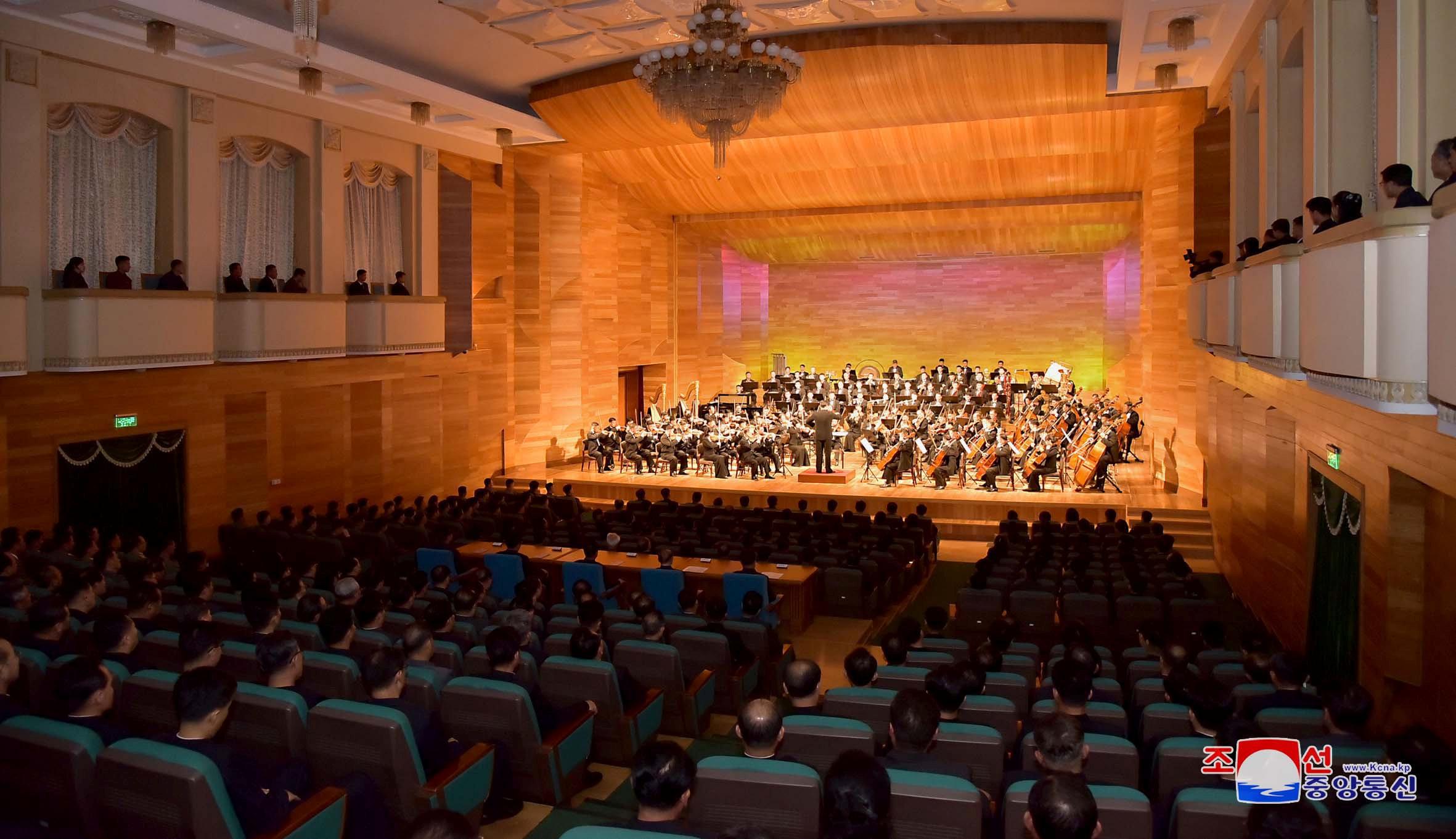 المسرح القومى ممتلئ بمسئولى الحزب الحاكم فى بيونج يانج