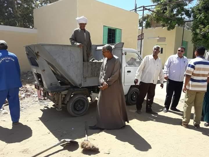 مبادرة لتنظيف شوارع مدينة نصر النوبة بأسوان ورسم جدرانها  (5)