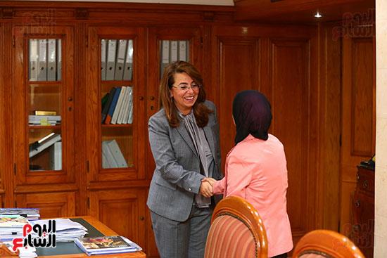 صور الوزيره تنصب فتاه وزيره للتضامن (3)