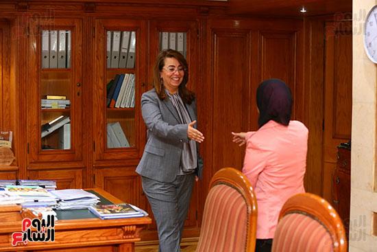 صور الوزيره تنصب فتاه وزيره للتضامن (2)