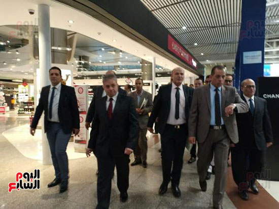 جولة لرئيس القابضة للمطارات فى مبانى الركاب 2 و3 بمطار القاهرة (3)