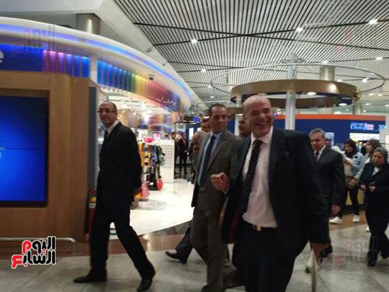 جولة لرئيس القابضة للمطارات فى مبانى الركاب 2 و3 بمطار القاهرة (1)