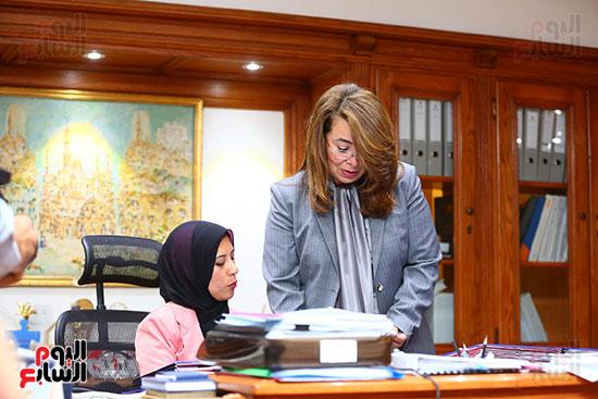 صور الوزيره تنصب فتاه وزيره للتضامن (5)
