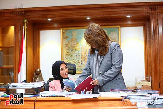 صور الوزيره تنصب فتاه وزيره للتضامن (4)