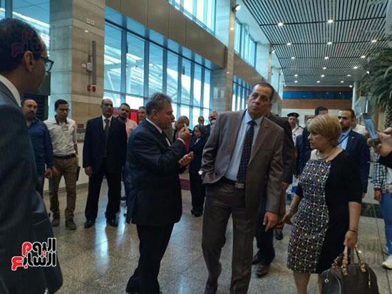 جولة لرئيس القابضة للمطارات فى مبانى الركاب 2 و3 بمطار القاهرة (2)
