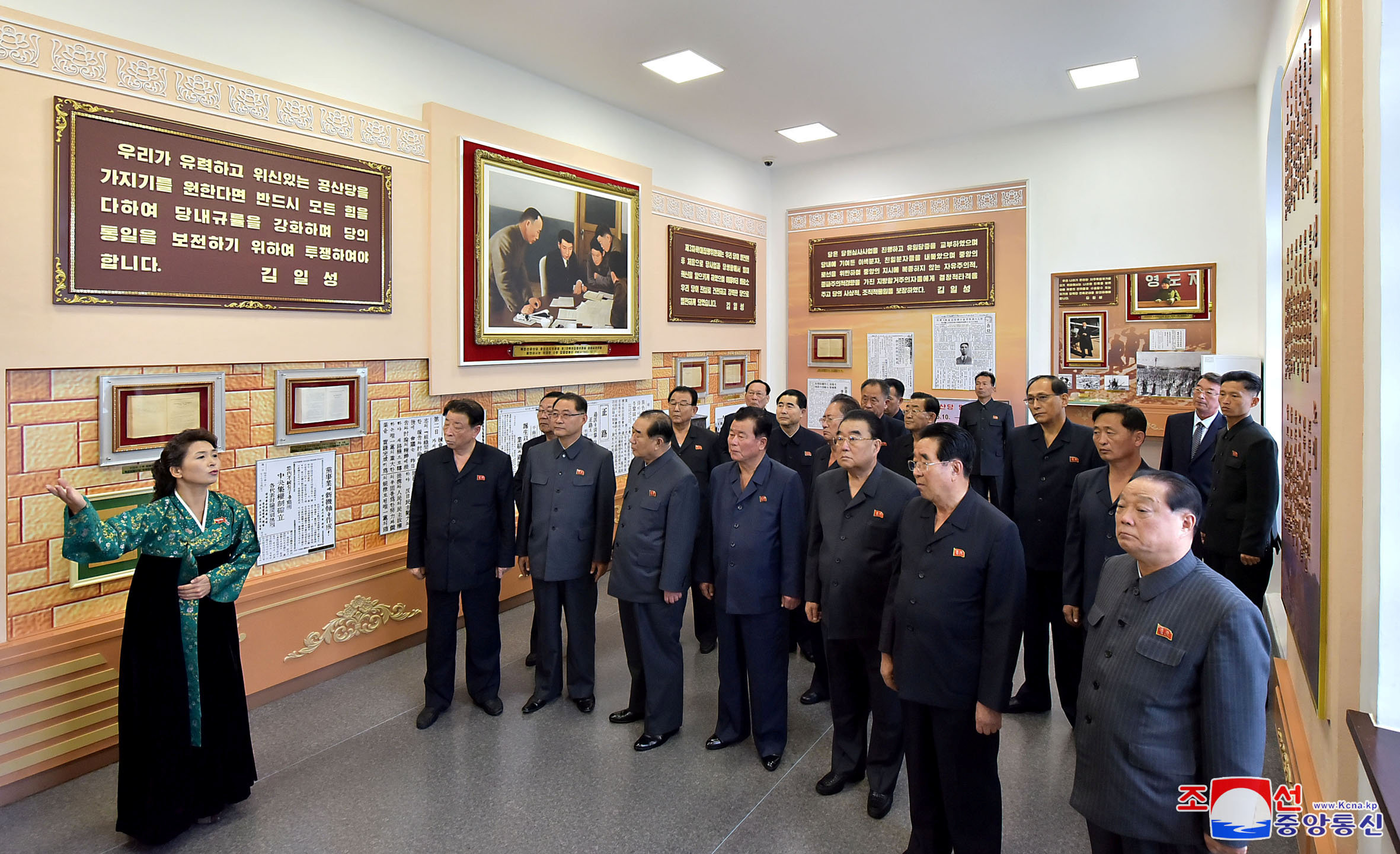 قيادات الحزب داخل المتحف الخاص بالحزب