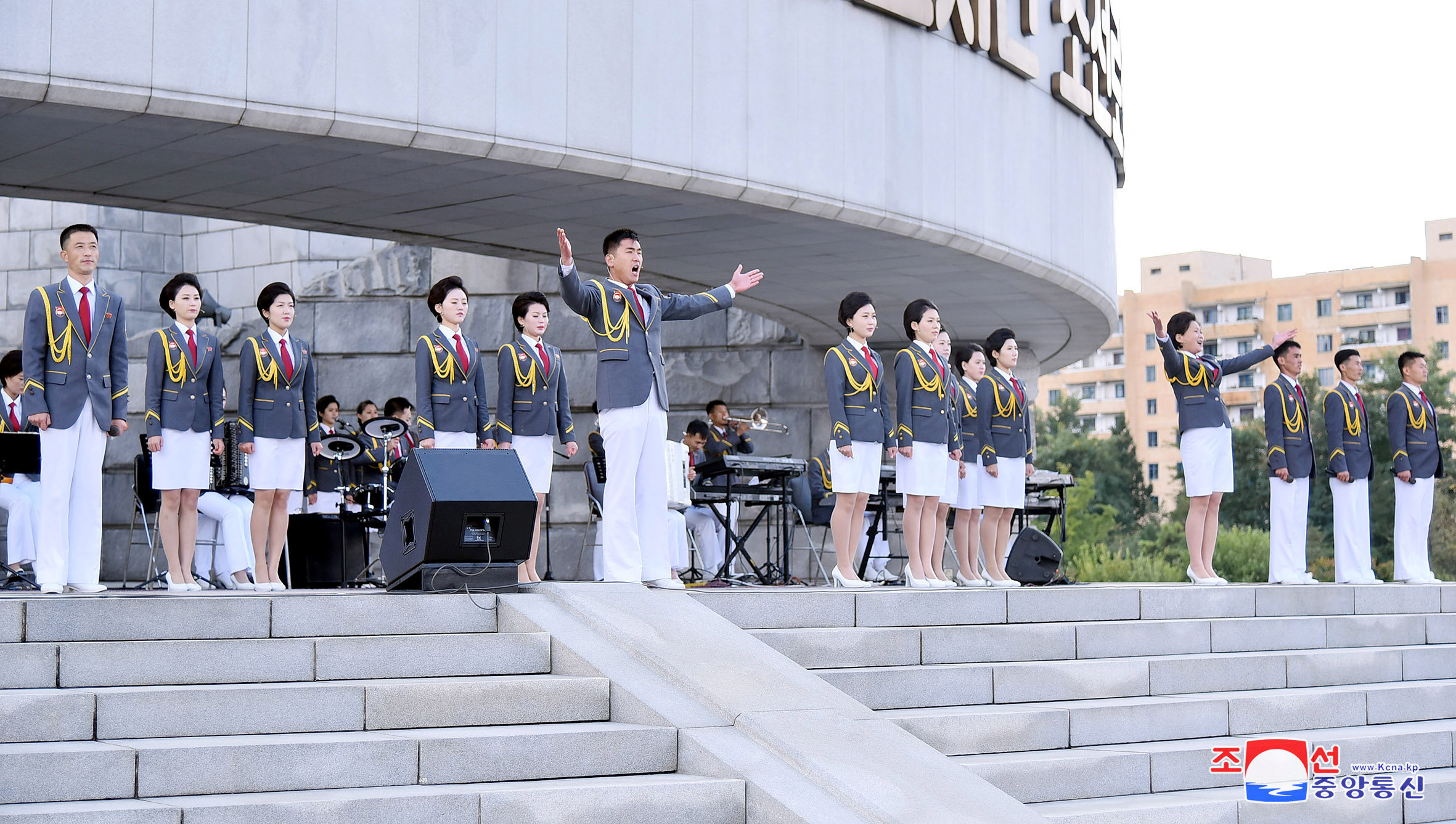 فريق غنائي يحى احتفالات كوريا الشمالية بذكرى تأسيس الحزب الحاكم