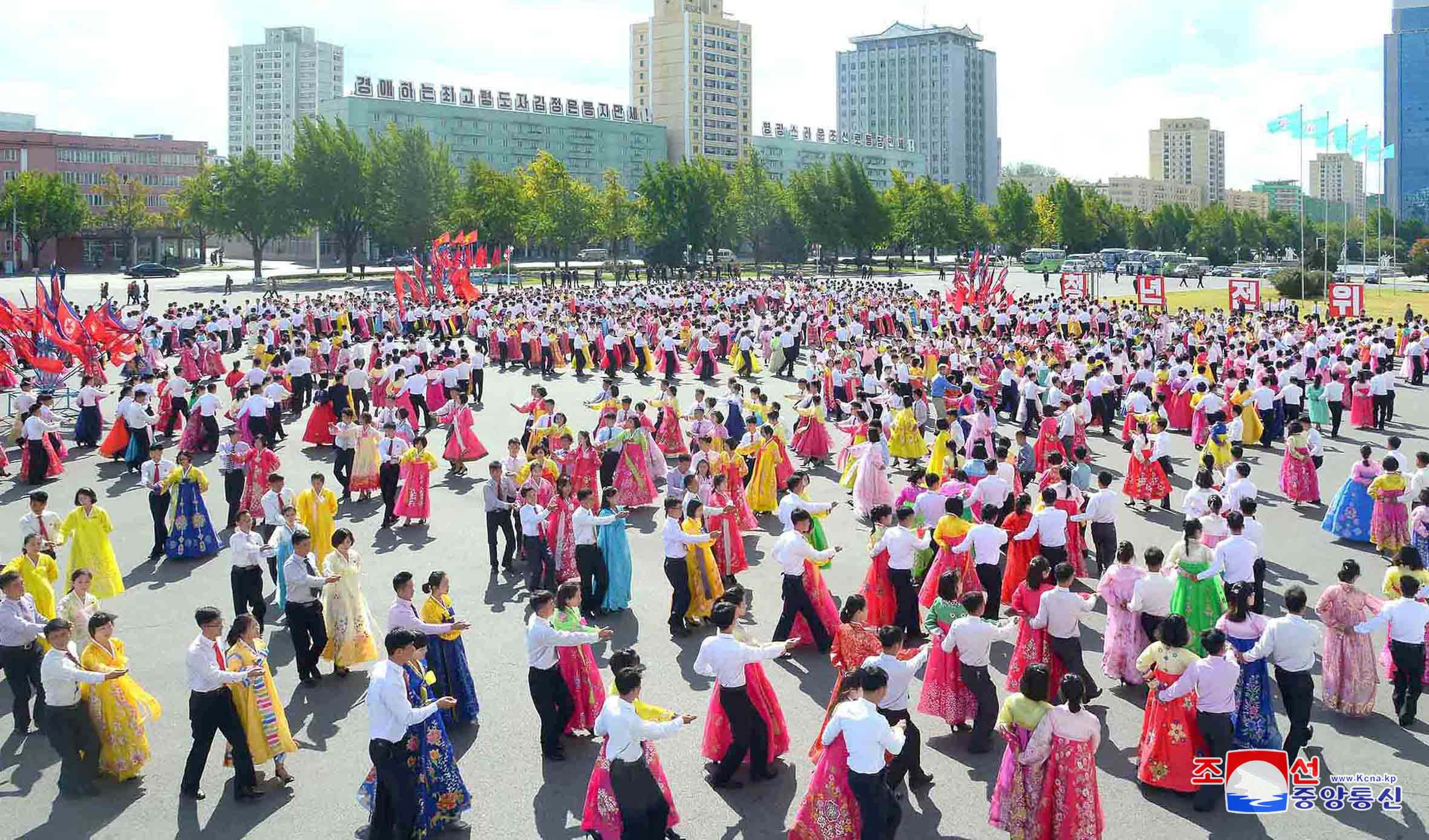الرقص والألوان شعار مواطنى كوريا الشمالية فى الاحتفال بذكرى تأسيس الحزب الحاكم