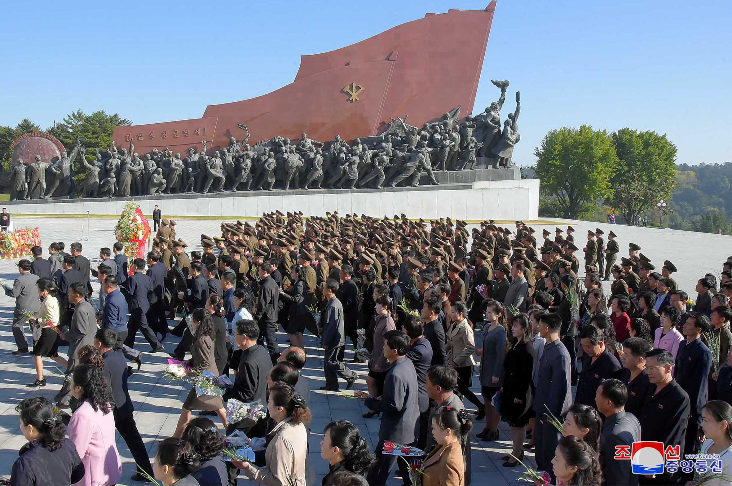 مواطنون وضباط فى تكريم كيم إل سونج مؤسس الدولة والحزب