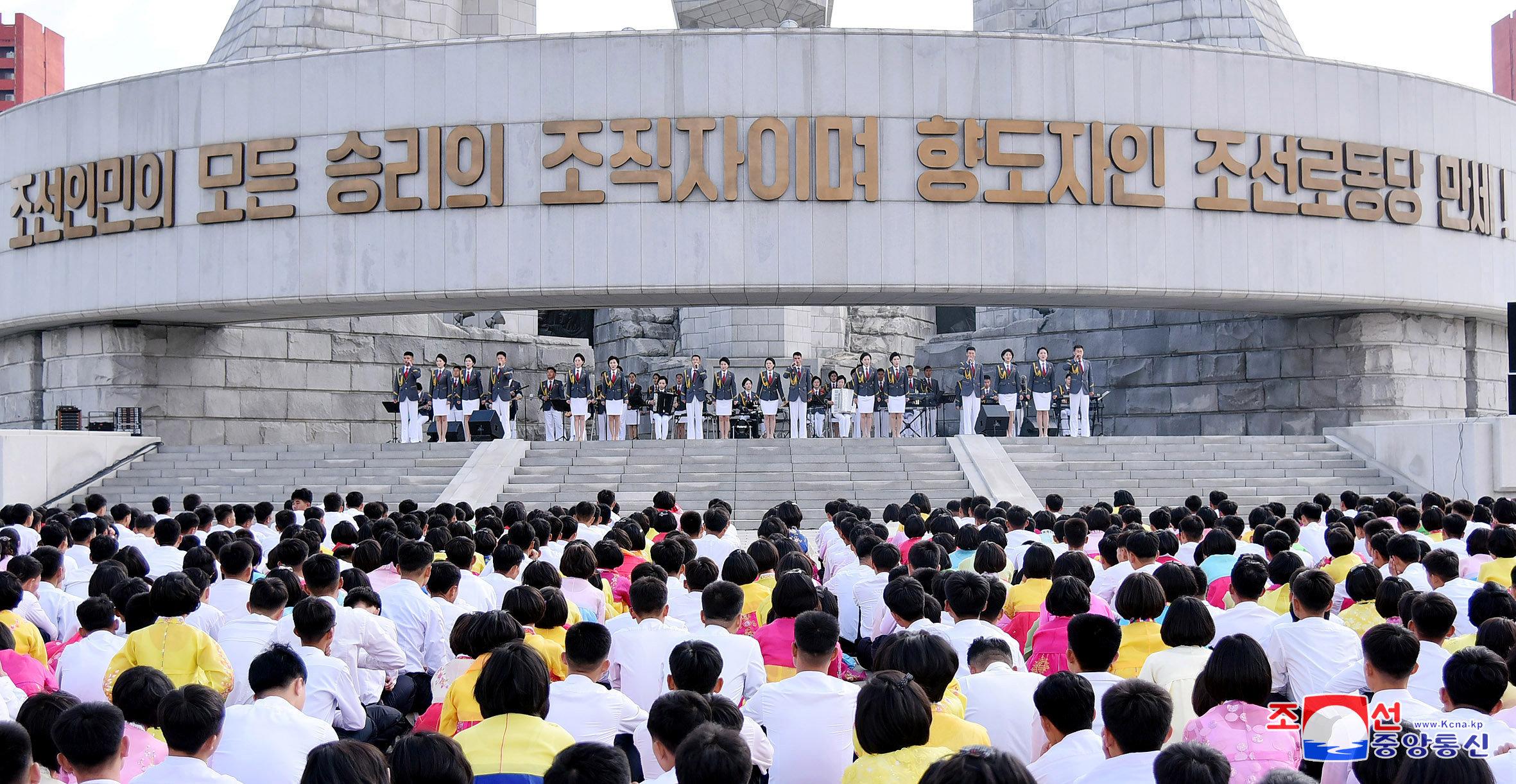 حضور كبير بين مواطنى كوريا الشمالية فى الاحتفال بذكرى تأسيس الحزب الحاكم