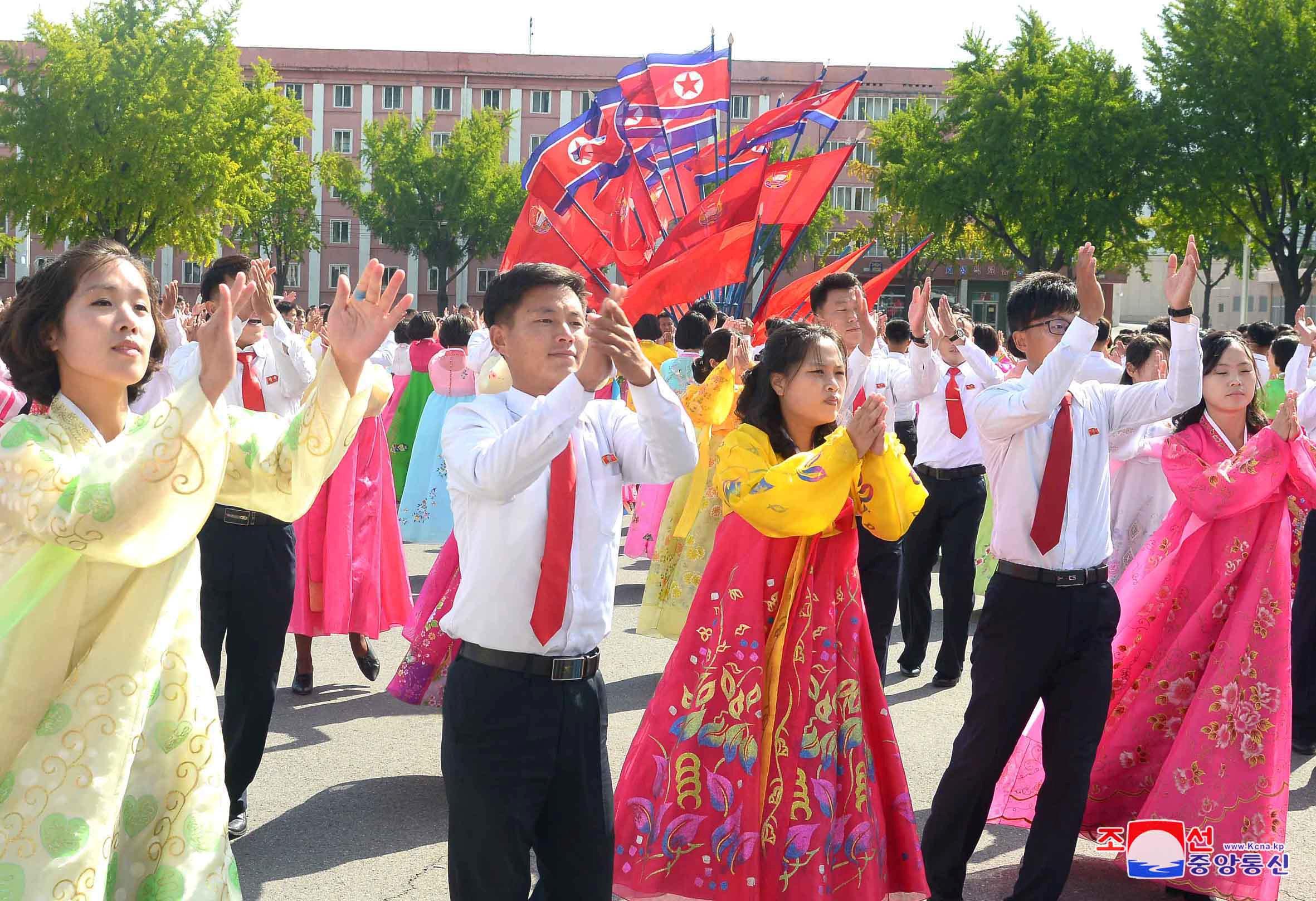 مواطنو كوريا الشمالية يحتفلون فى الشوارع