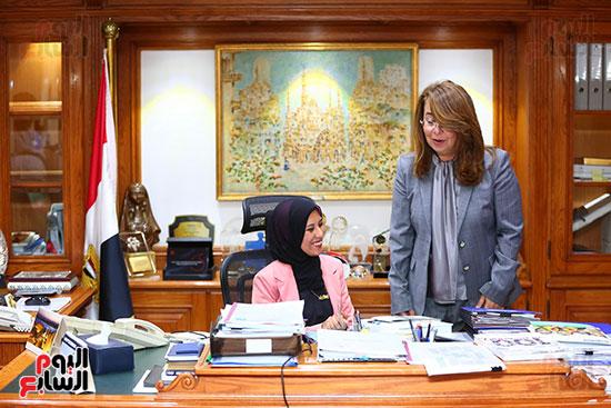 صور الوزيره تنصب فتاه وزيره للتضامن (6)