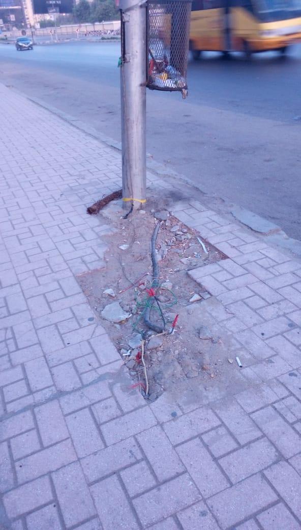 كابلات الكهرباء عارية تحت الأعمدة بمدينة نصر