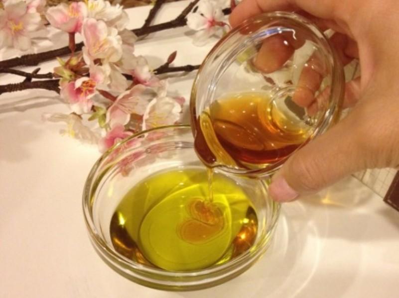 خلط العسل وزيت الزيتون