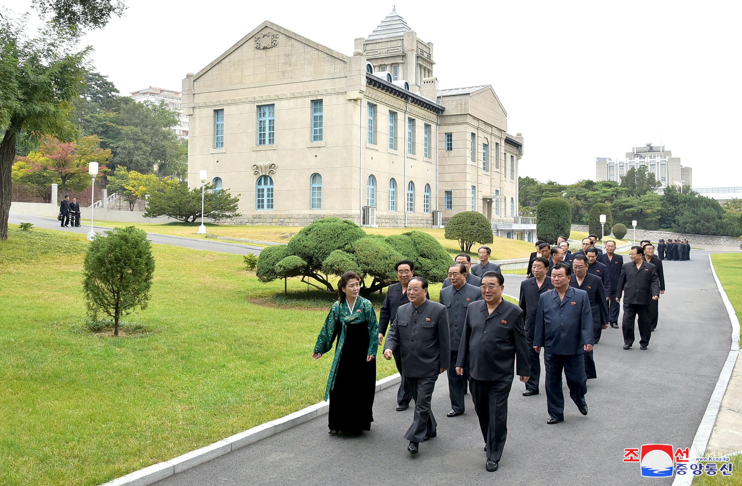 قيادات حزب العمال الكورى فى طريقهم لزيارة متحف الحزب فى ذكرى تأسيسه