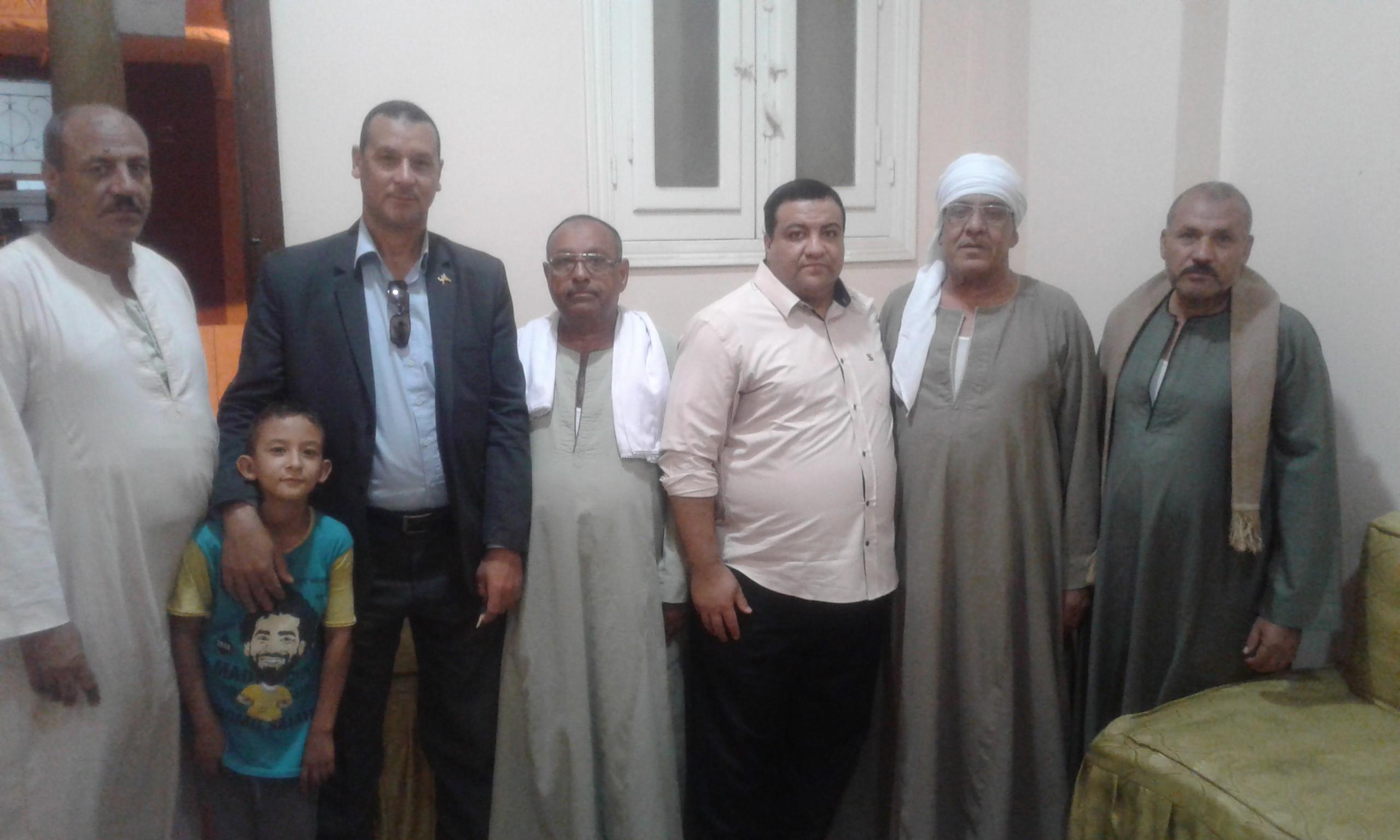 صورة 1 أهالى نجع صديق مع محرر اليوم السابع (1)
