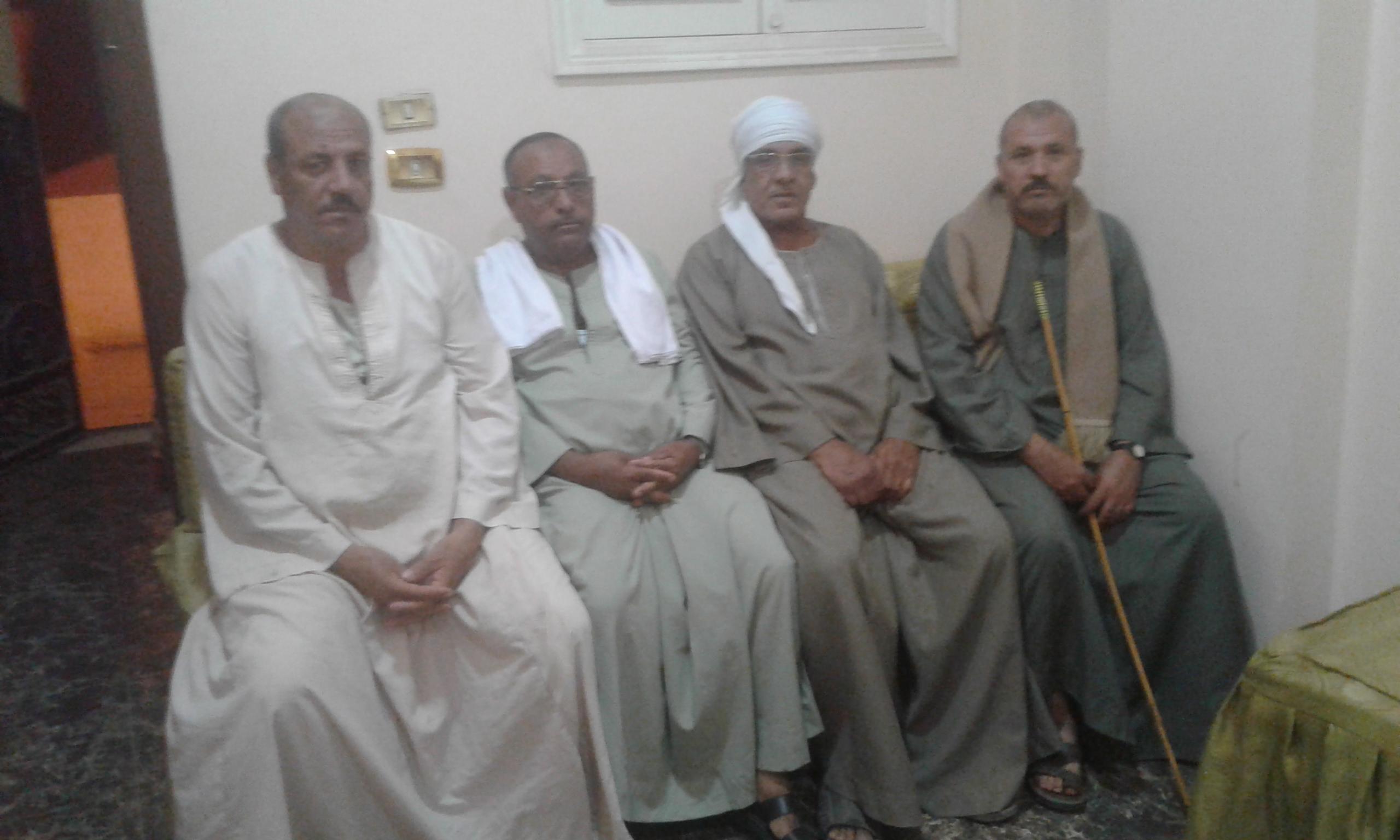 صورة 1 أهالى نجع صديق مع محرر اليوم السابع (2)