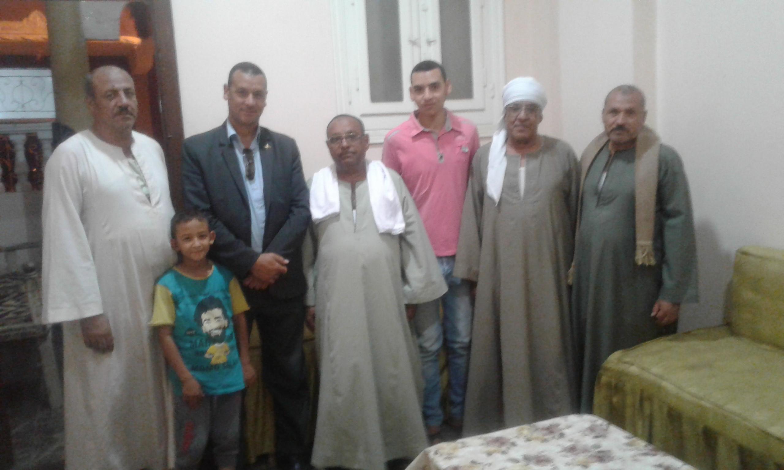 صورة 1 أهالى نجع صديق مع محرر اليوم السابع (8)