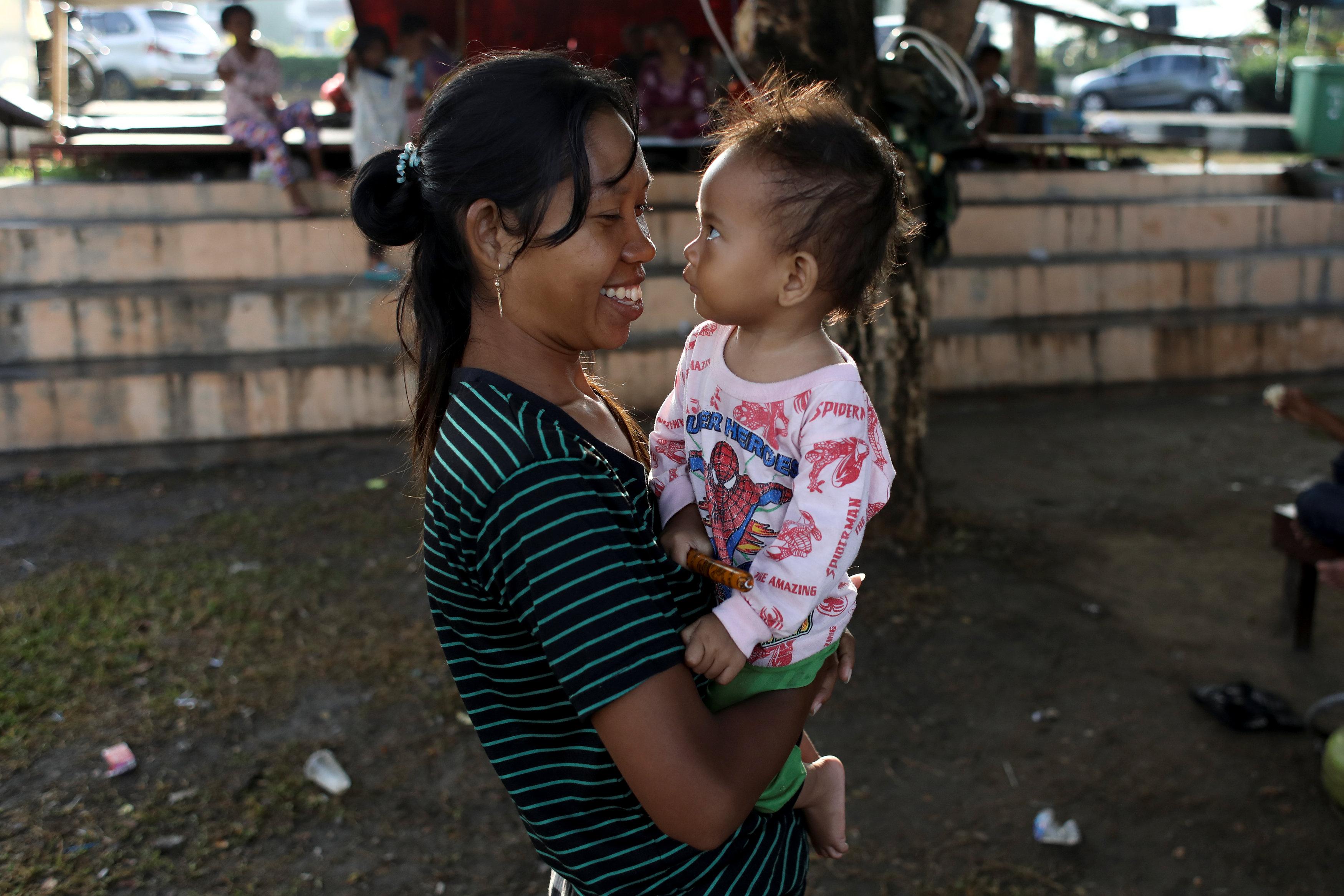 إندونيسيه تحمل طفلها