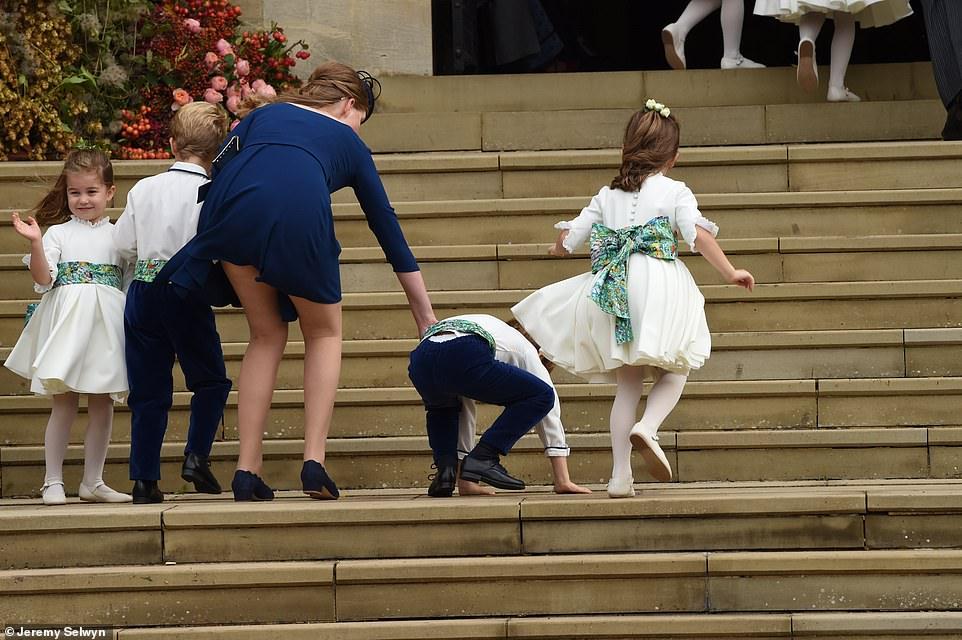 الأميرة لويز كونتيسة ويسيكس وابنه الأمير ادوارد تصطحب وصيفات الشرف إلى الكنيسة وسط تساقط الأطفال من شدة الرياح