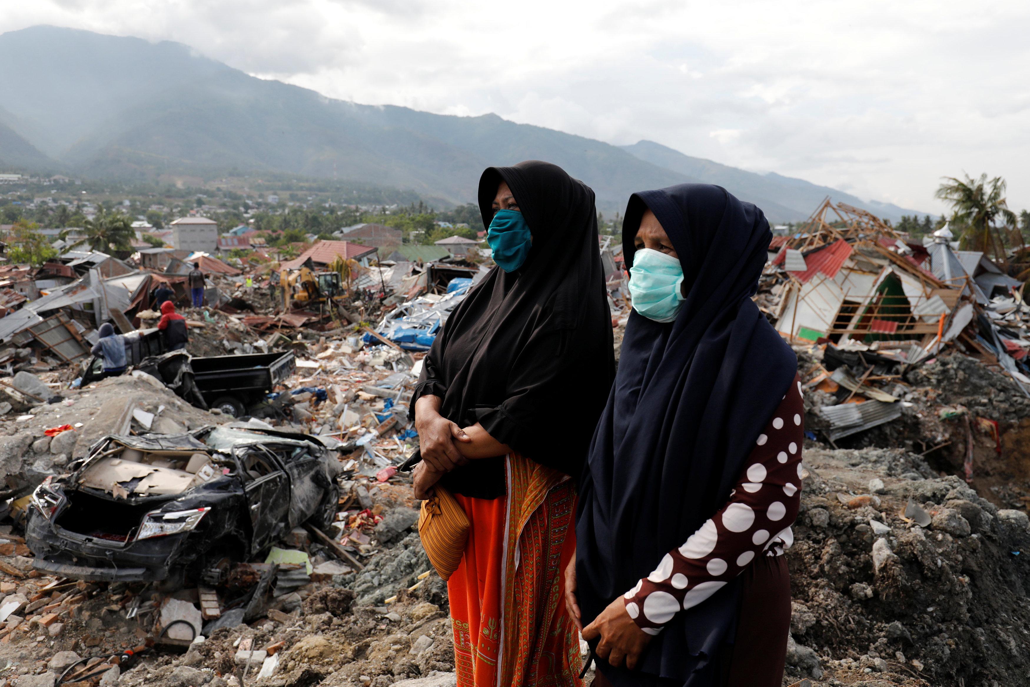 سيدات إندونيسيا بمناطق الزلزال وتسونامى