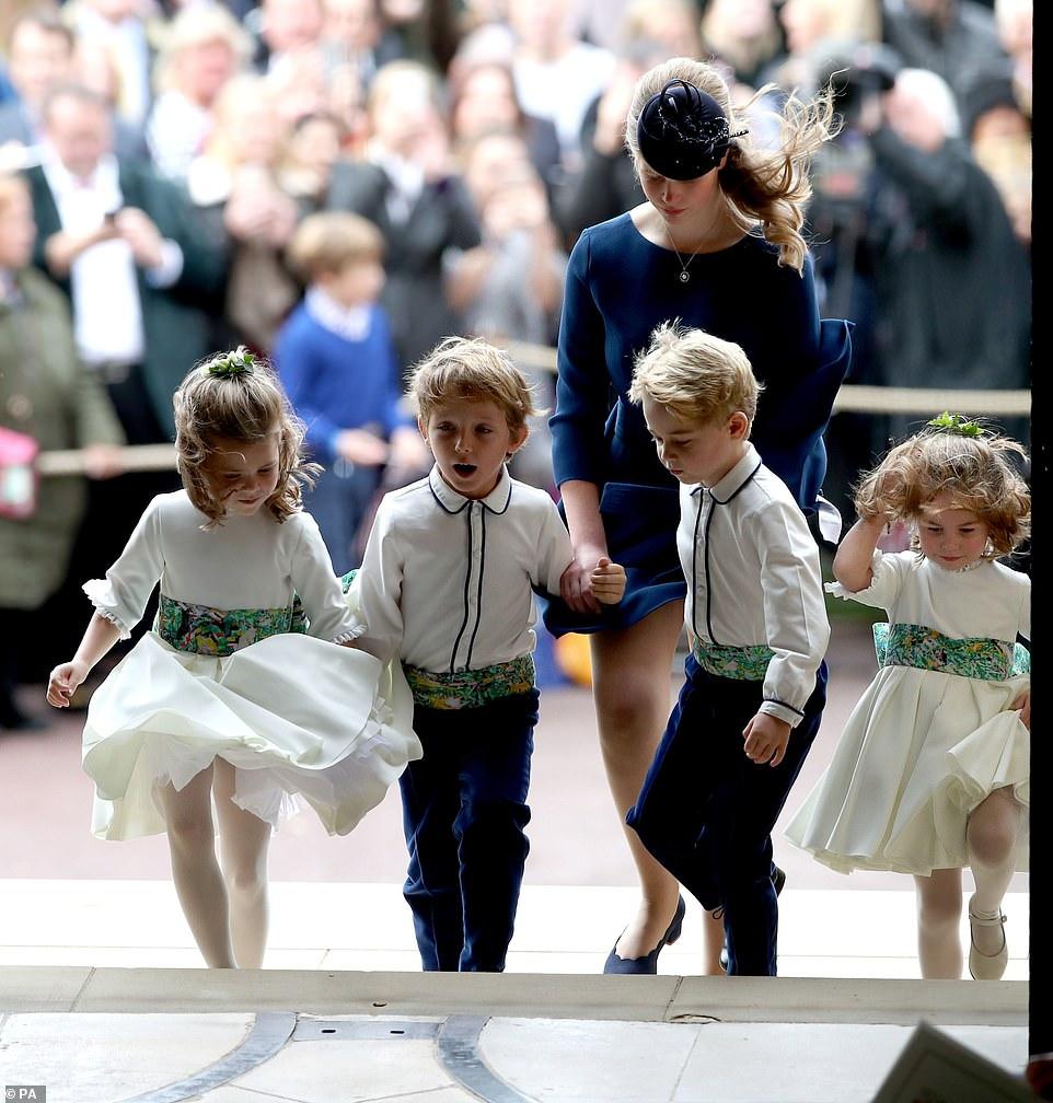 الأميرة لويز كونتيسة ويسيكس وابنه الأمير ادوارد تصطحب وصيفات الشرف إلى الكنيسة
