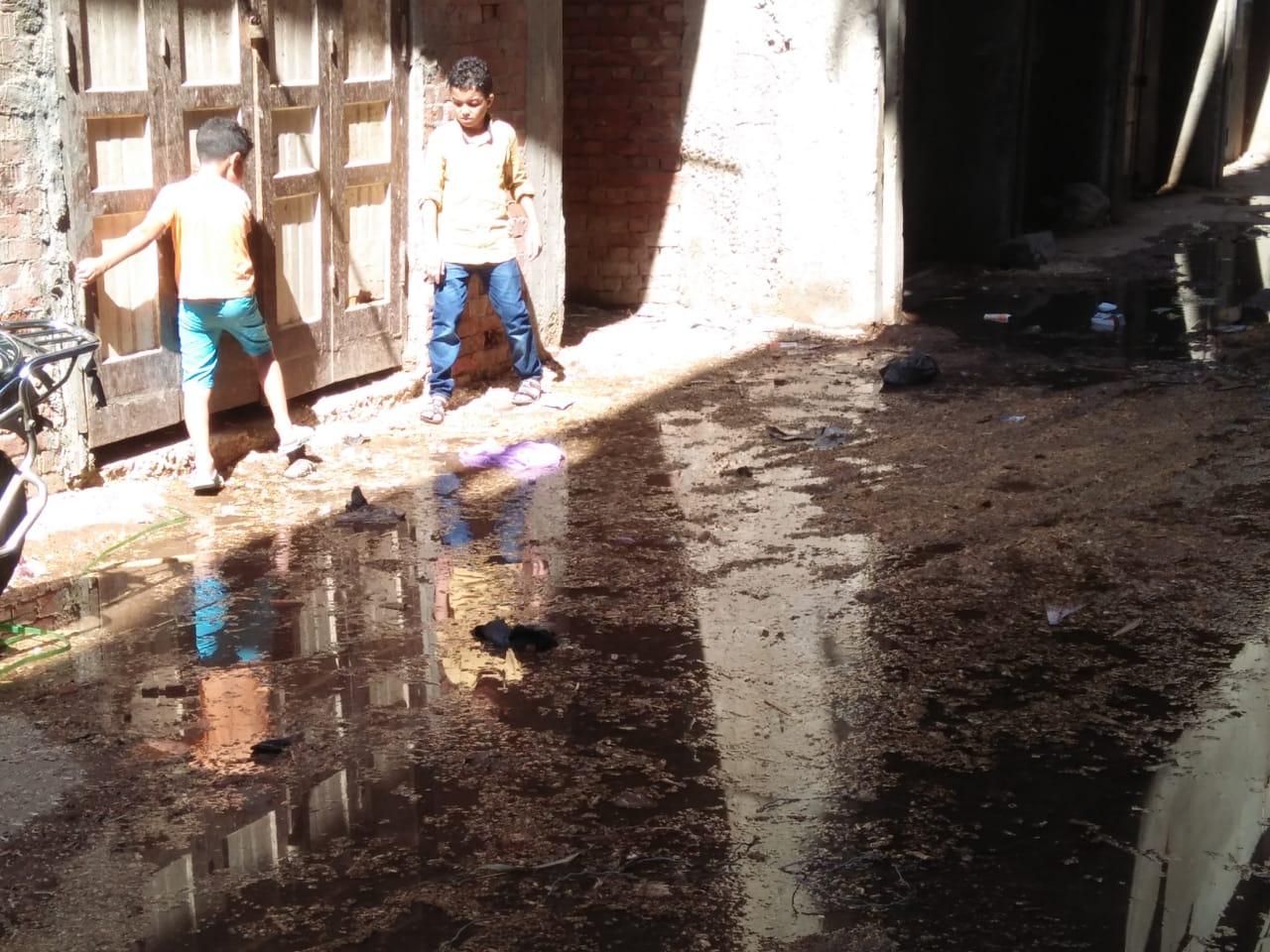 غرق شوارع قرية السيالة بالصرف الصحى