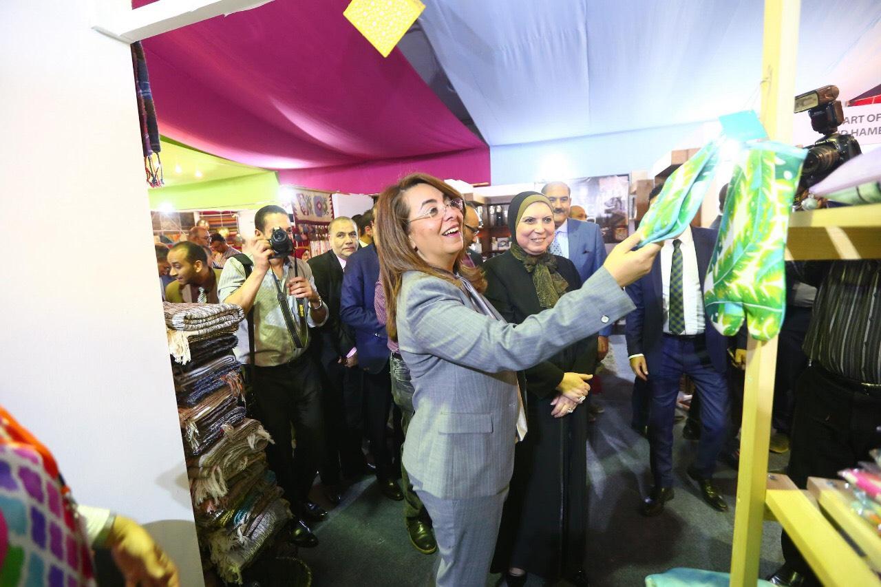 وزيرة التضامن خلال المعرض الدولي الأول للحرف اليدوية كرافيتى إيجبت (8)