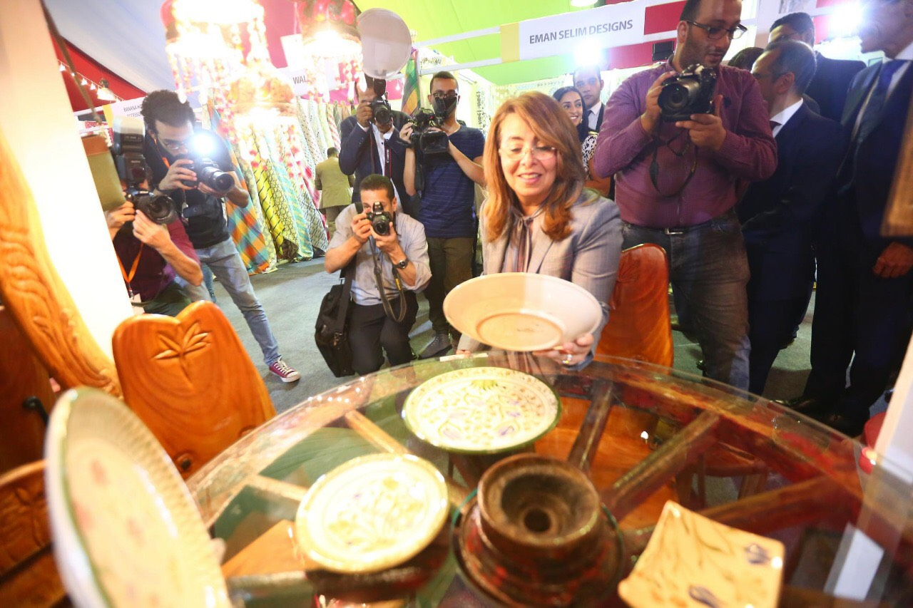 وزيرة التضامن خلال المعرض الدولي الأول للحرف اليدوية كرافيتى إيجبت (4)