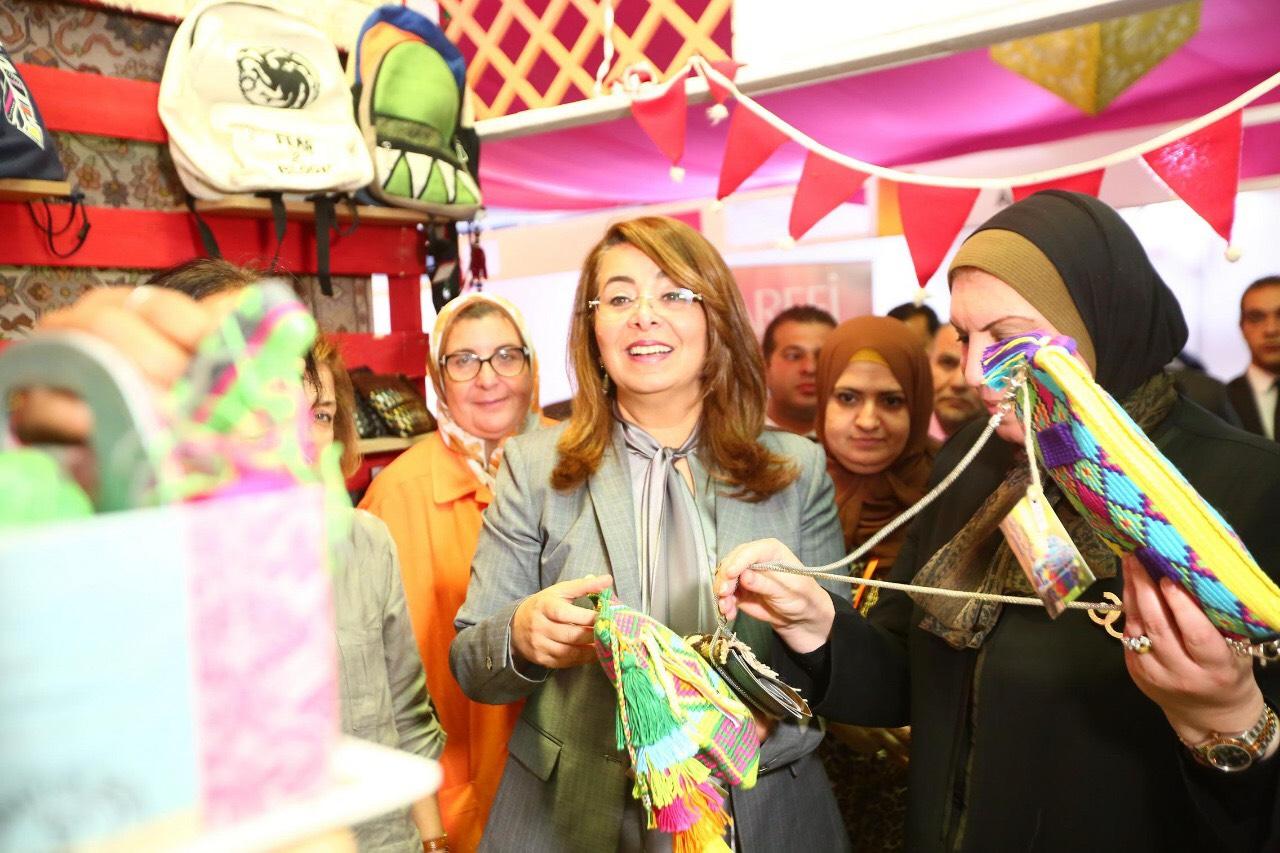 وزيرة التضامن خلال المعرض الدولي الأول للحرف اليدوية كرافيتى إيجبت (7)