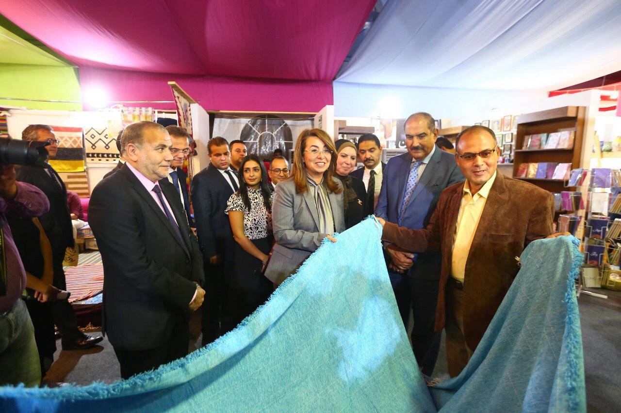 وزيرة التضامن خلال المعرض الدولي الأول للحرف اليدوية كرافيتى إيجبت (2)