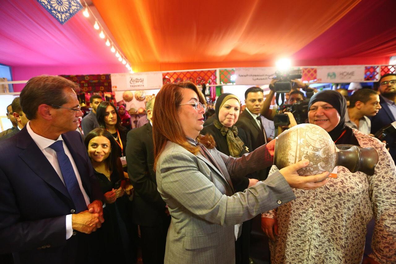 وزيرة التضامن خلال المعرض الدولي الأول للحرف اليدوية كرافيتى إيجبت (11)