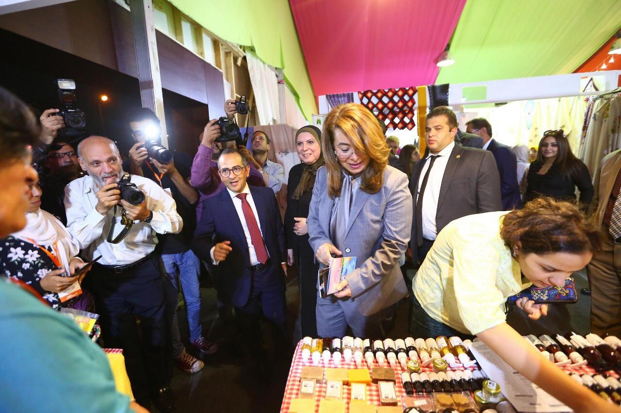 وزيرة التضامن خلال المعرض الدولي الأول للحرف اليدوية كرافيتى إيجبت (5)