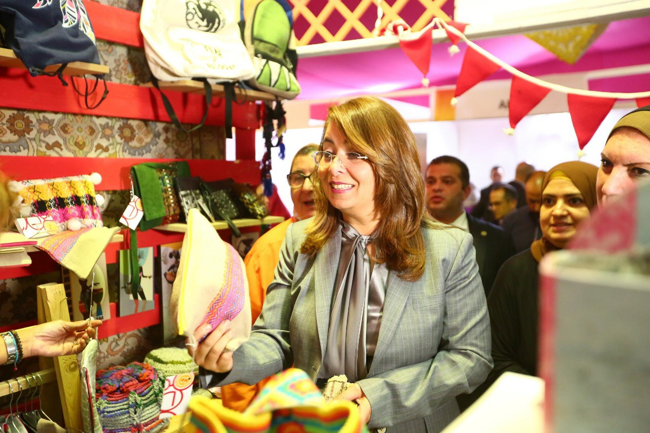 وزيرة التضامن خلال المعرض الدولي الأول للحرف اليدوية كرافيتى إيجبت (3)