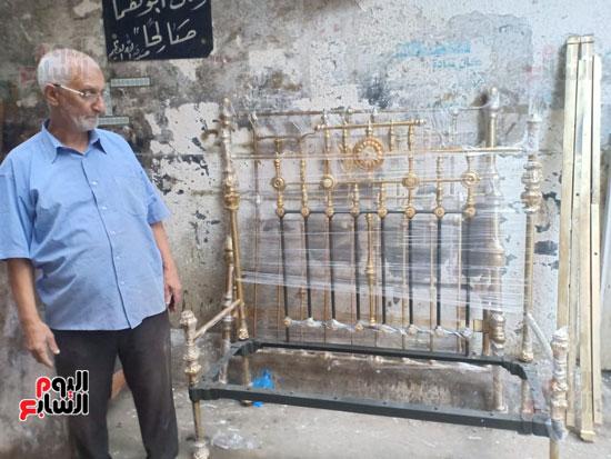 صور.. السرير النحاس لأصحاب الذوق الرفيع فى أقدم محل بالإسكندرية منذ عام 1918 (15)