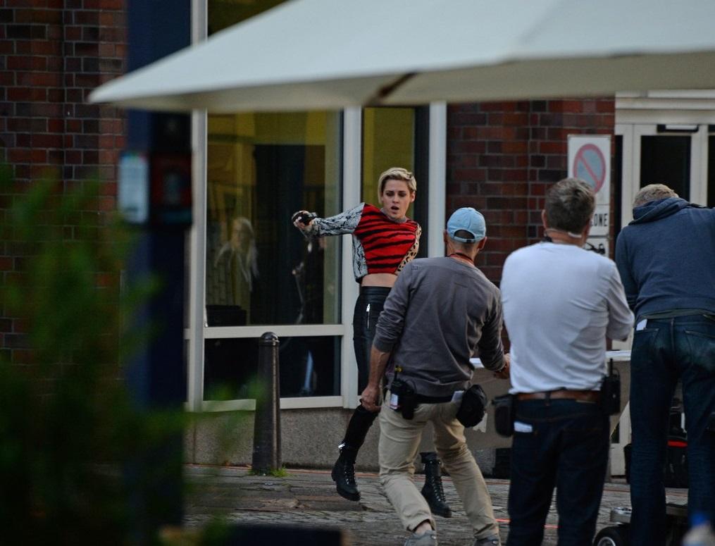 كريستين ستيورات خلال التصوير (4)
