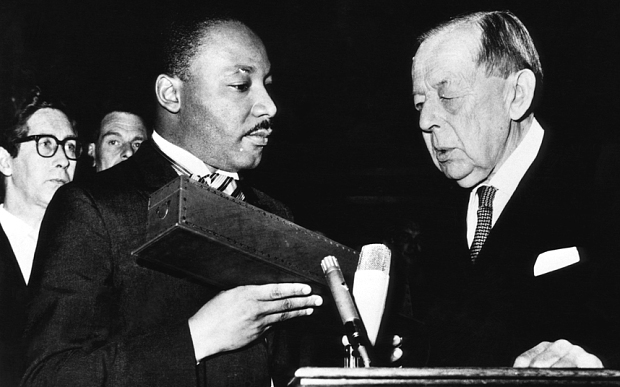 مارتن لوثر كينج أثناء منحه جائزة نوبل