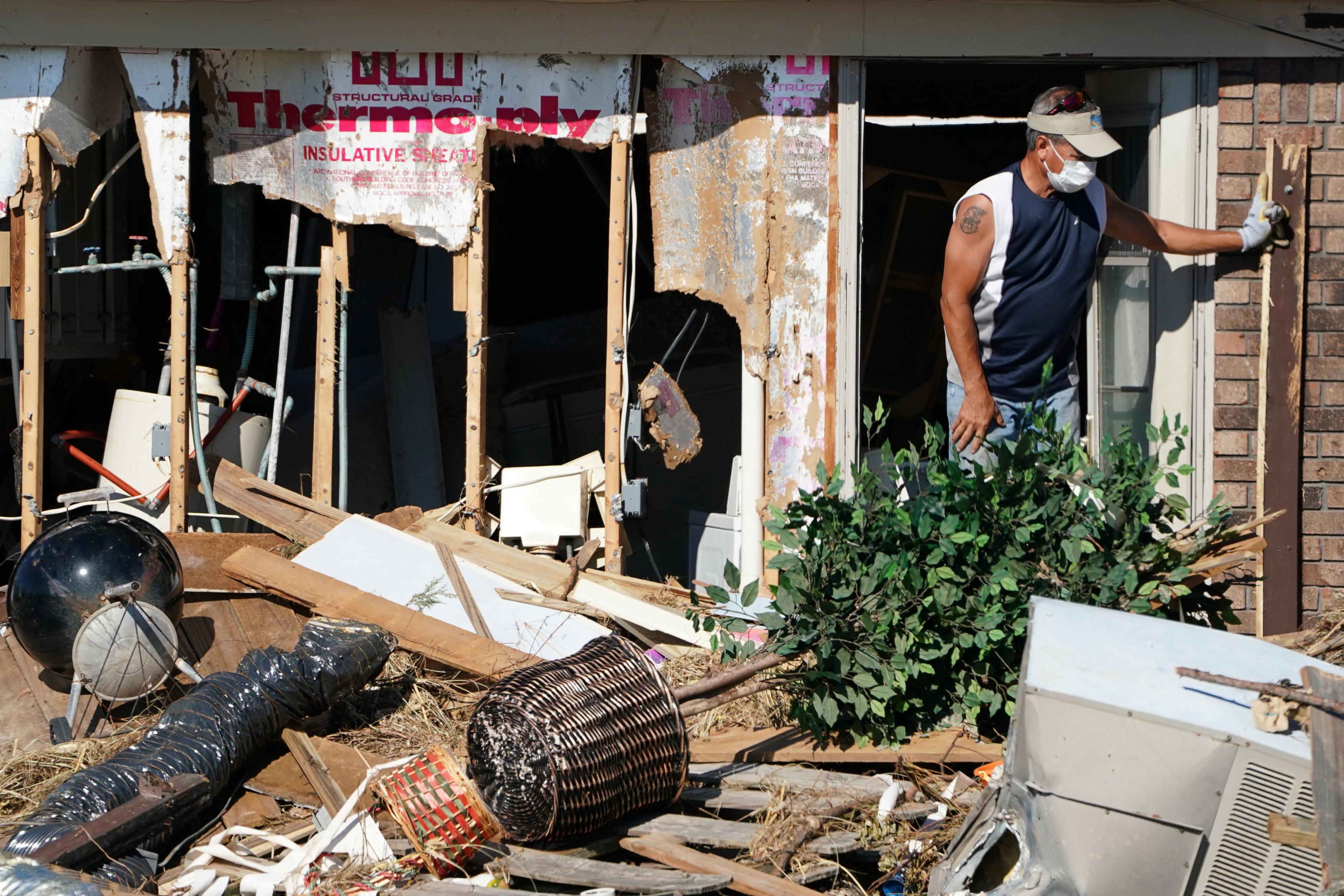 دمار منازل جراء الاعصار